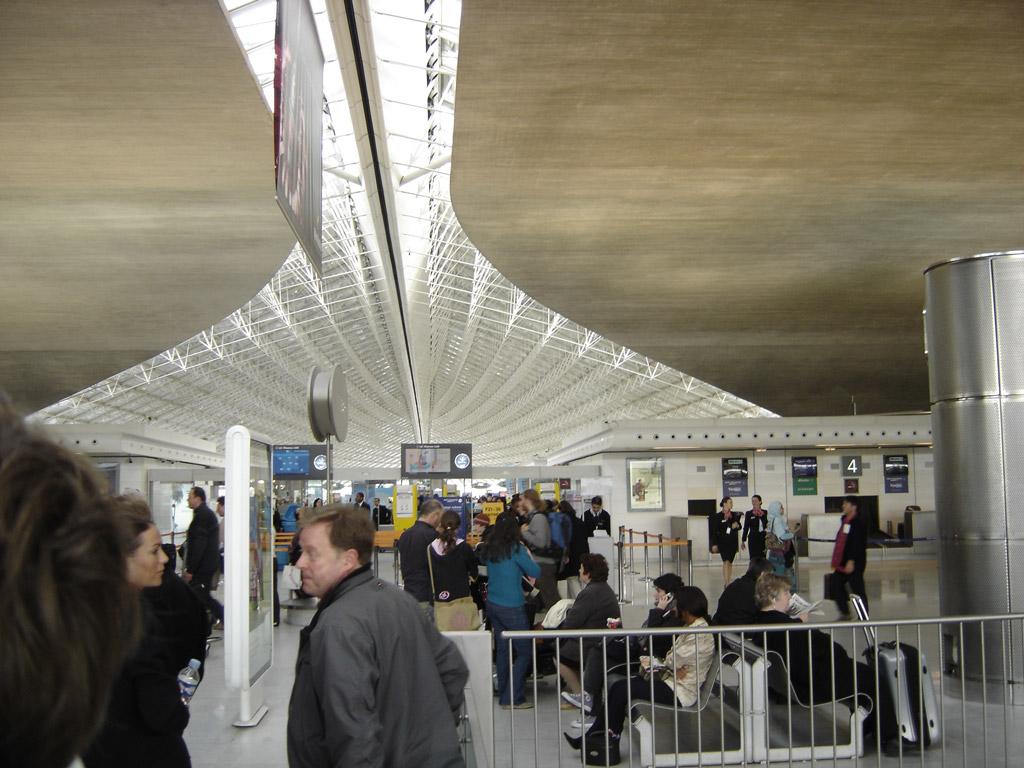 Terminal de CDG, notez le plafond, qui évoque les lignes du concorde