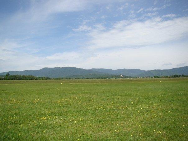 LFGG - Le terrain vu depuis les hangar
