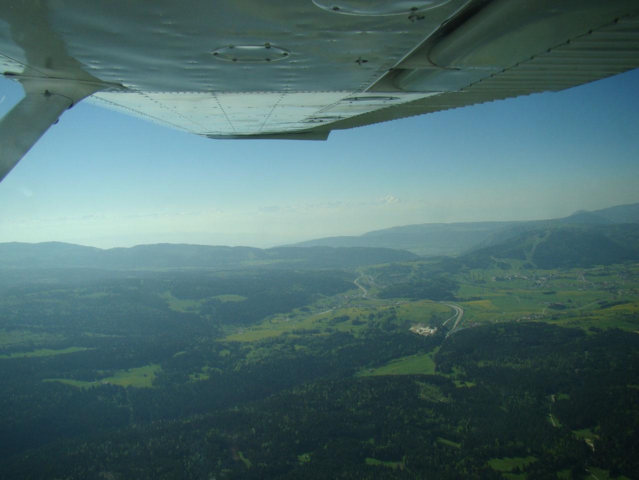 A la verticale du lac Saint Point, en fond, les Alpes !