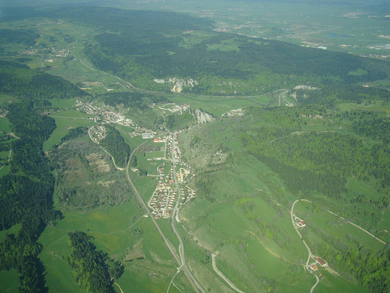 La vallée de Joux, avec le château de Joux et le fort Malher