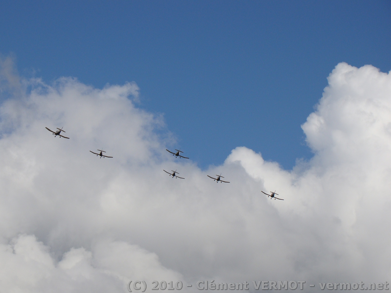 Passage de la patrouille de l'aéroclub de Dijon Darois