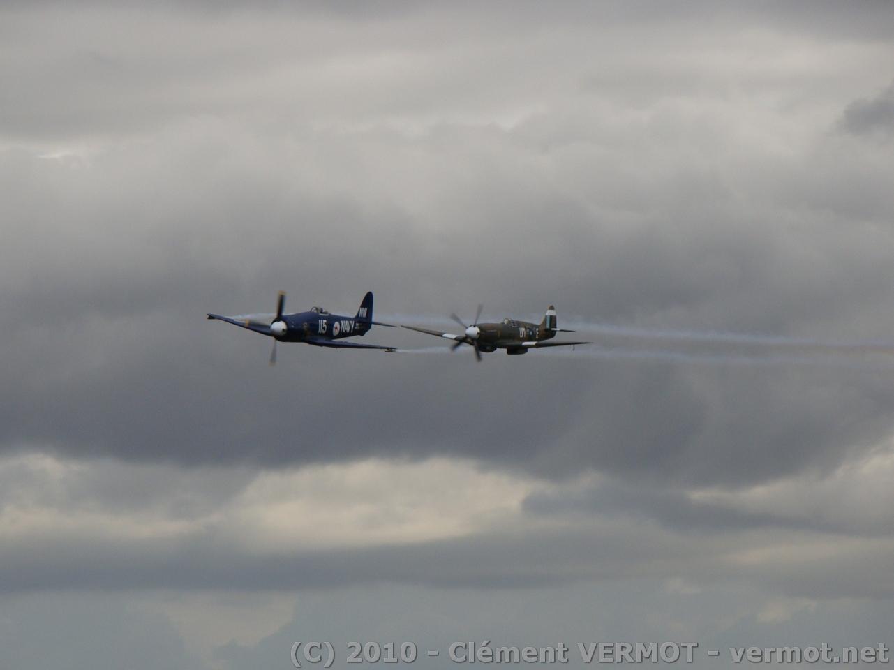 Vickers Spitfire Mk XIX F-AZJS et le Hawker Sea Fury FB Mk 11 F-AZXJ en formation serrée