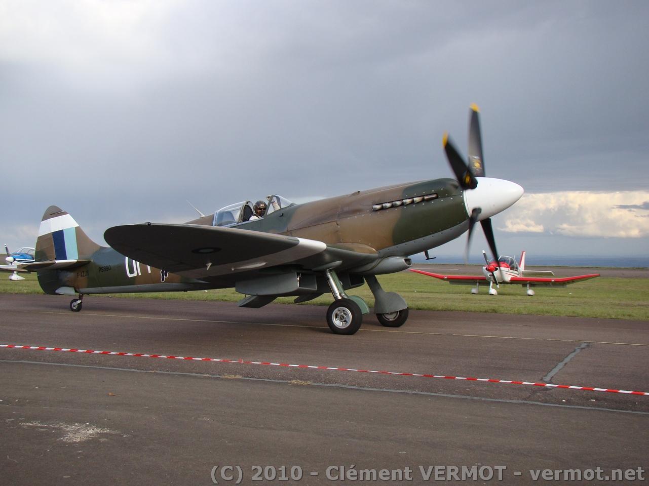 Spitfire Mk XIX F-AZJS au roulage