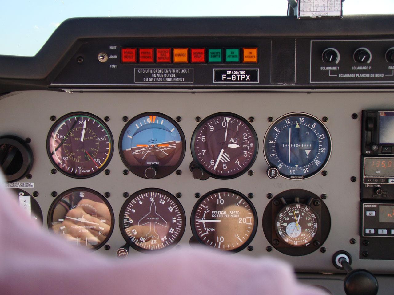 En VSV, les instruments sont tes amis ! Tableau de bord du DR400 F-GTPX de Pontarlier