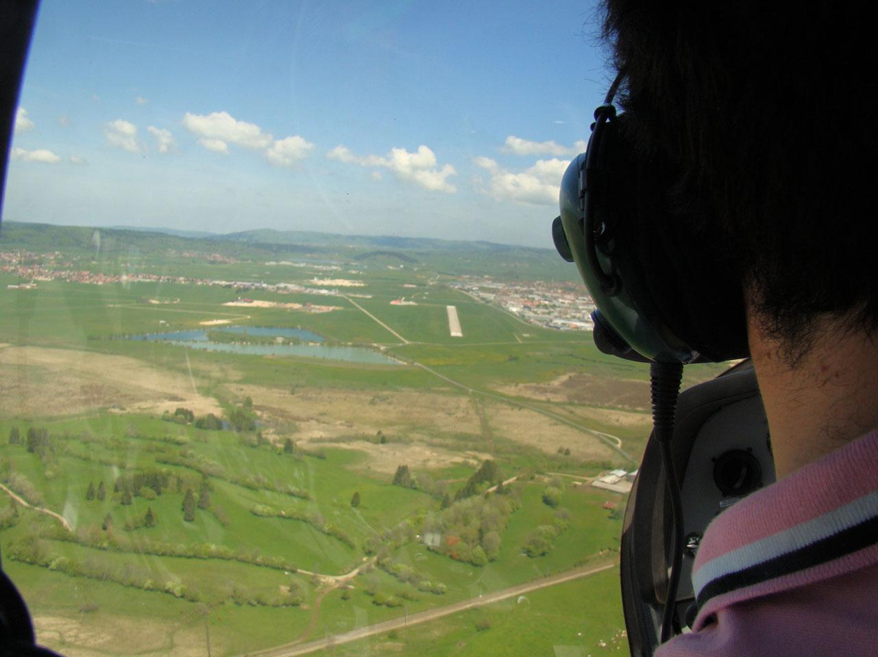 Début de finale, je suis à droite de la piste pour un atterrissage à Pontarlier LFSP en VSV