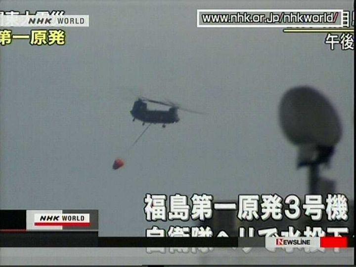 Hélicoptère au dessus du réacteur n°4 de la centrale nucléaire de Fukushima - Photo HO/NHK