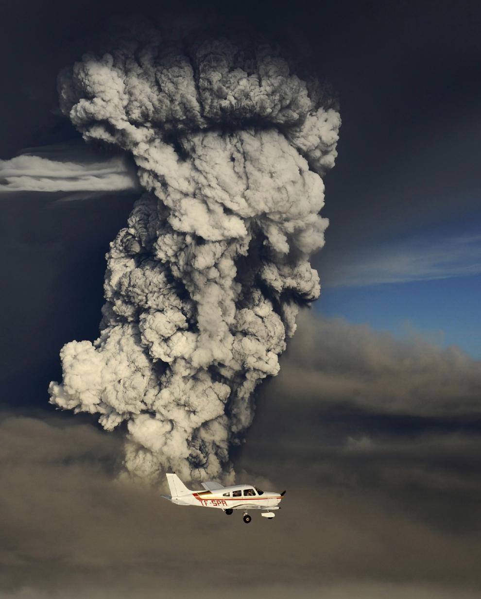 Un avion léger devant le panache de cendres du volcan Grimsvotn