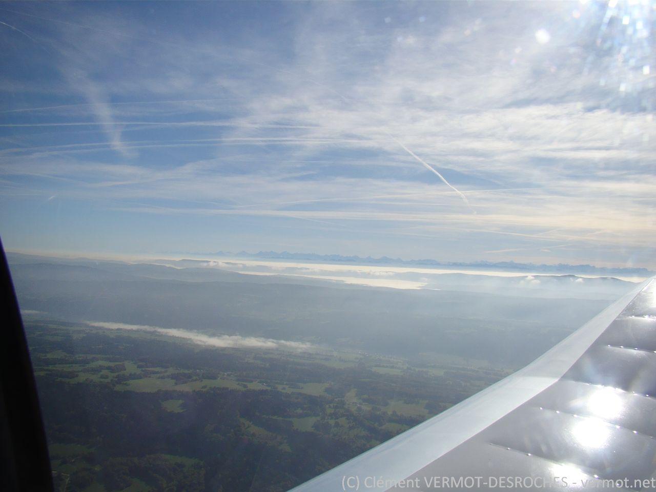 Les vallées suisses sont sous les nuages... les Alpes en toile de fond