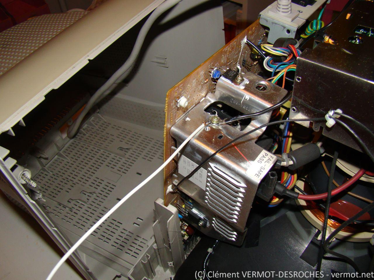 Connexion du fil de masse (fil blanc)