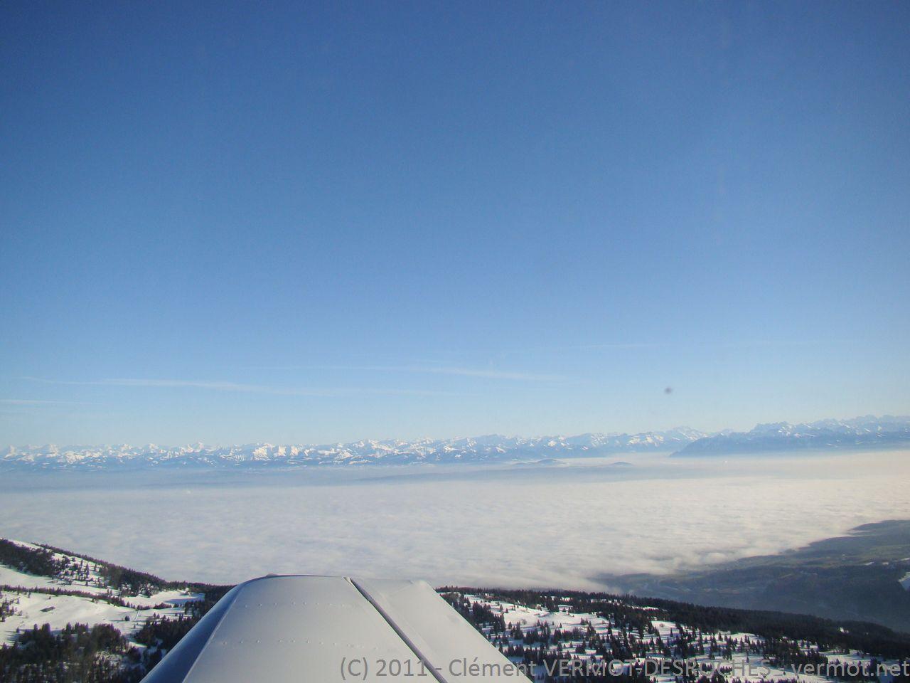 Les Alpes au pieds de la plaine suisse sous la brume