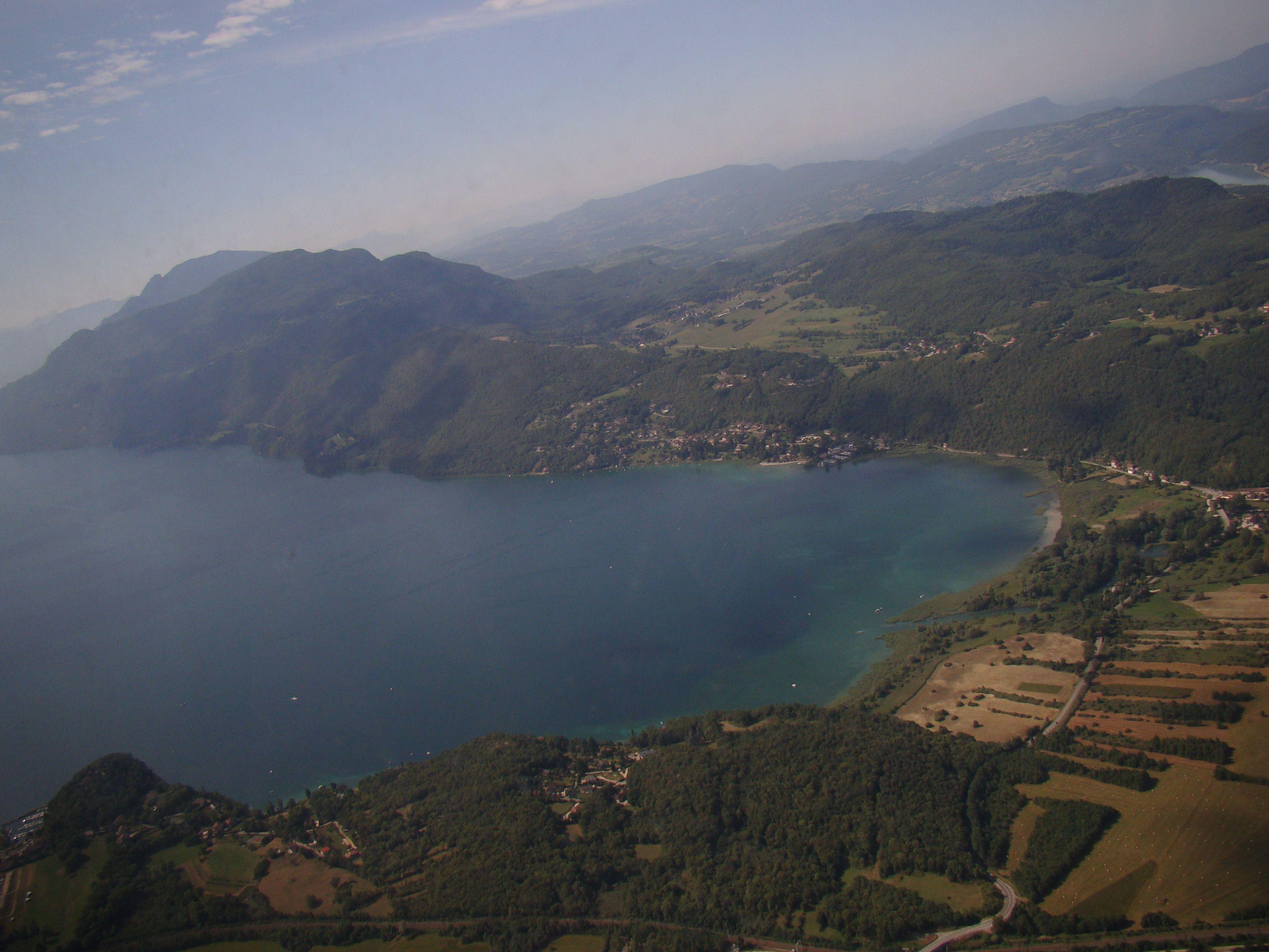 Le lac du Bourget, l'aéroport est juste de l'autre coté du lac