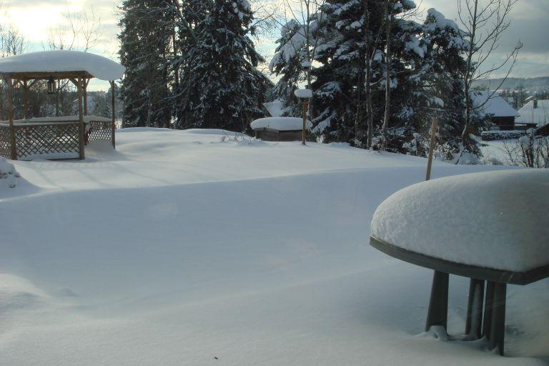 La neige le week-end suivant - l'épaisseur sur la table donnée une idée de la quantité tombée. Environ 80 cm cumulés en moins d'une semaine