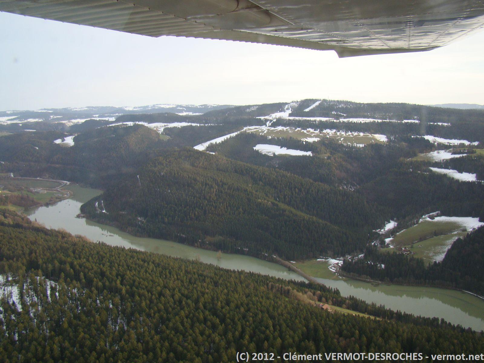 Le défilé d'Entre-Roches, creusé par le Doubs, avec encore quelques plaques de neige dans les zones ombragées.
