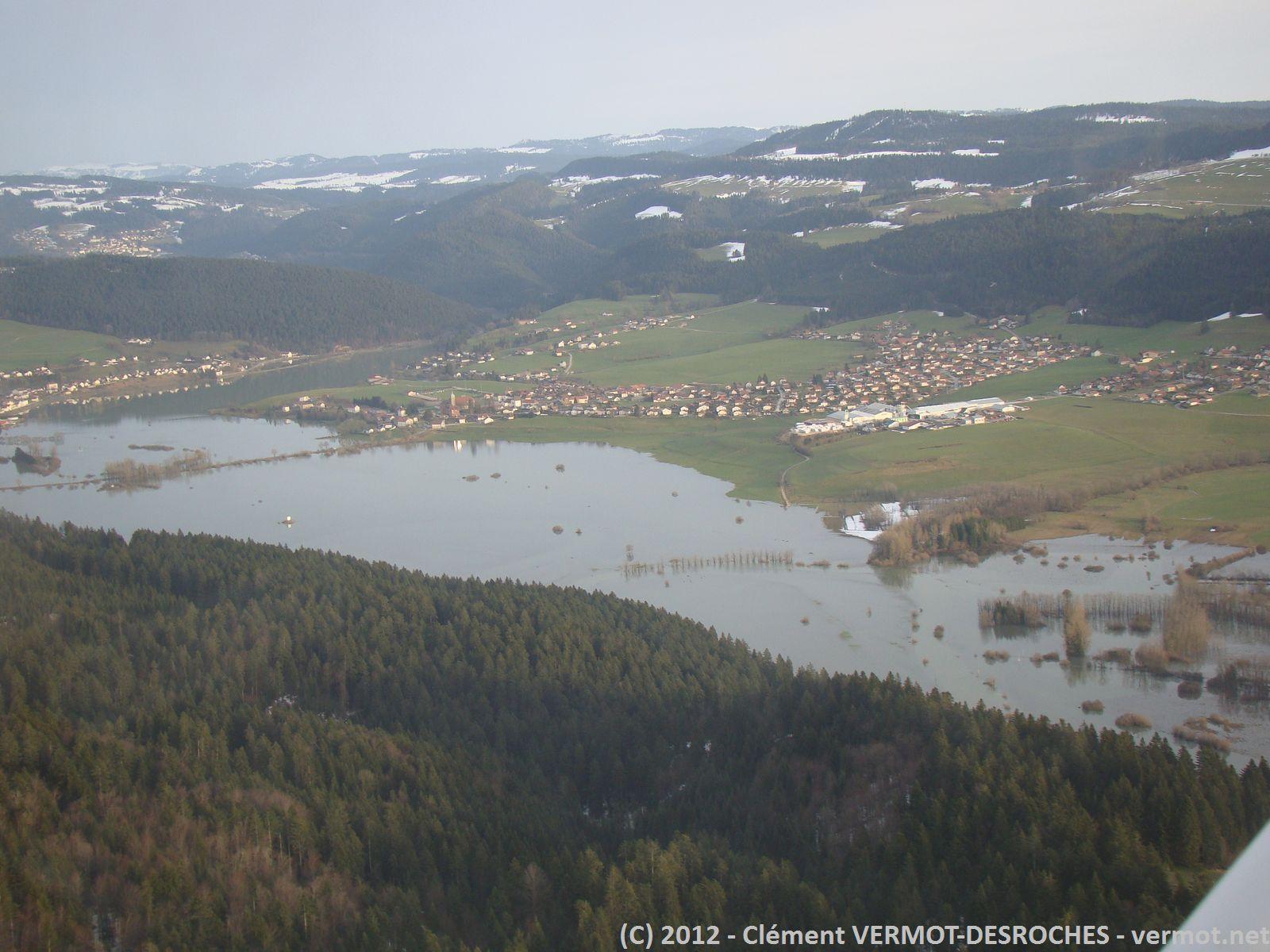 La zone inondée sur Morteau. Il faut imaginer qu'il n'y a normalement qu'une rivière de quelques mettre de large qui passe au milieu des champs.