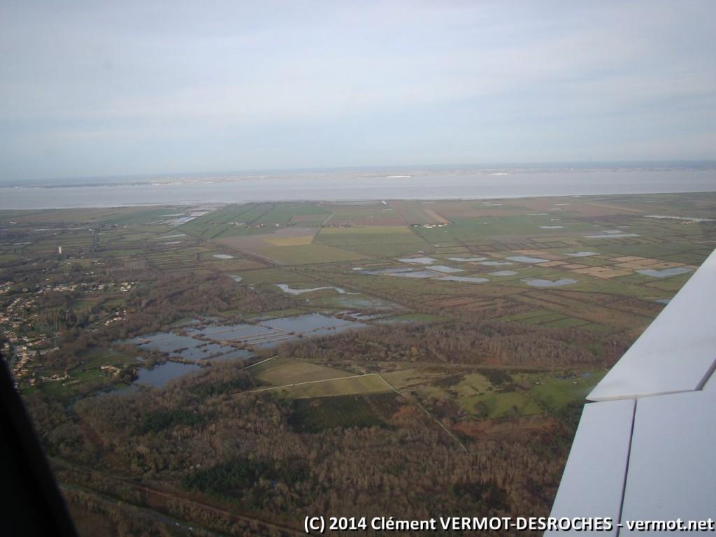 Au fond, l'estuaire de la Gironde