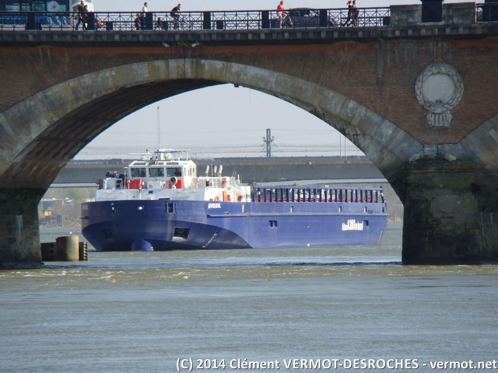 La barge attend la marée pour pouvoir s'engager