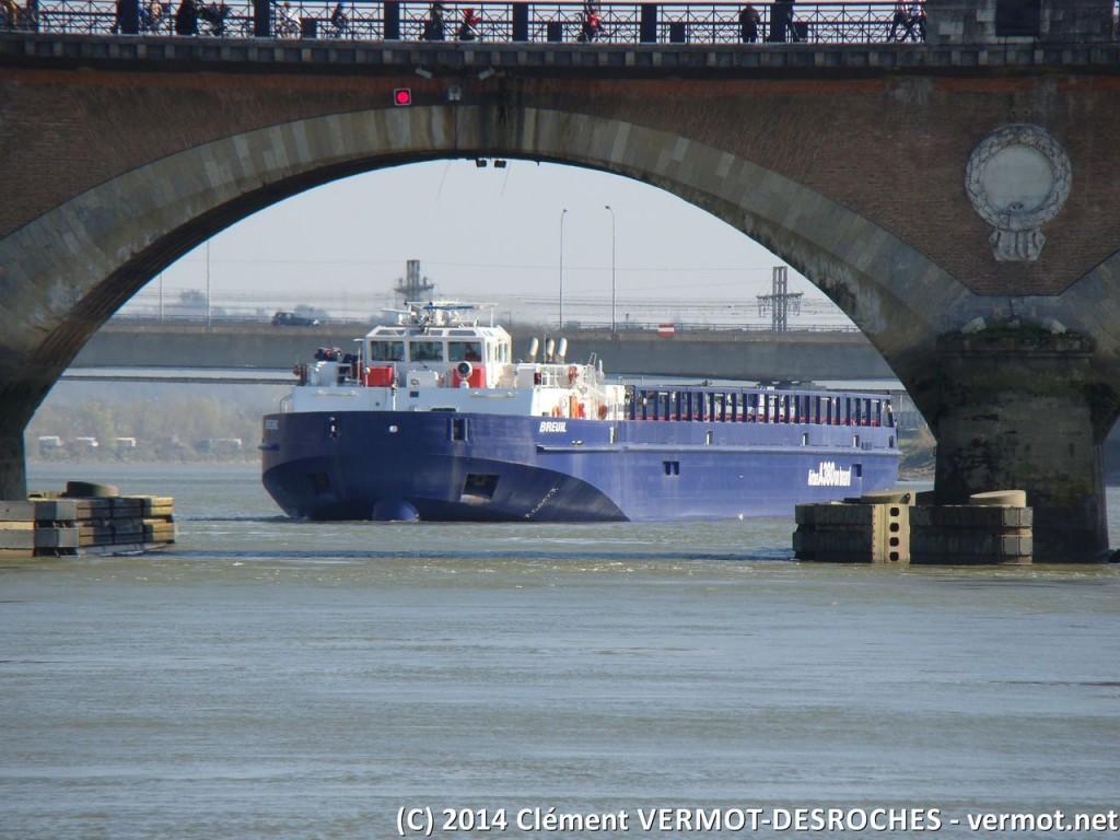 Vue par la travée qui permet la traversée du pont