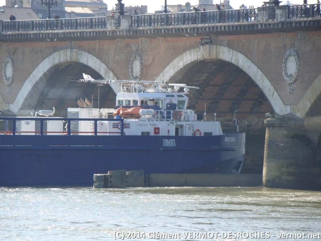 Retour sur le plancher des vaches pour moi : la barge s'engage sous le pont
