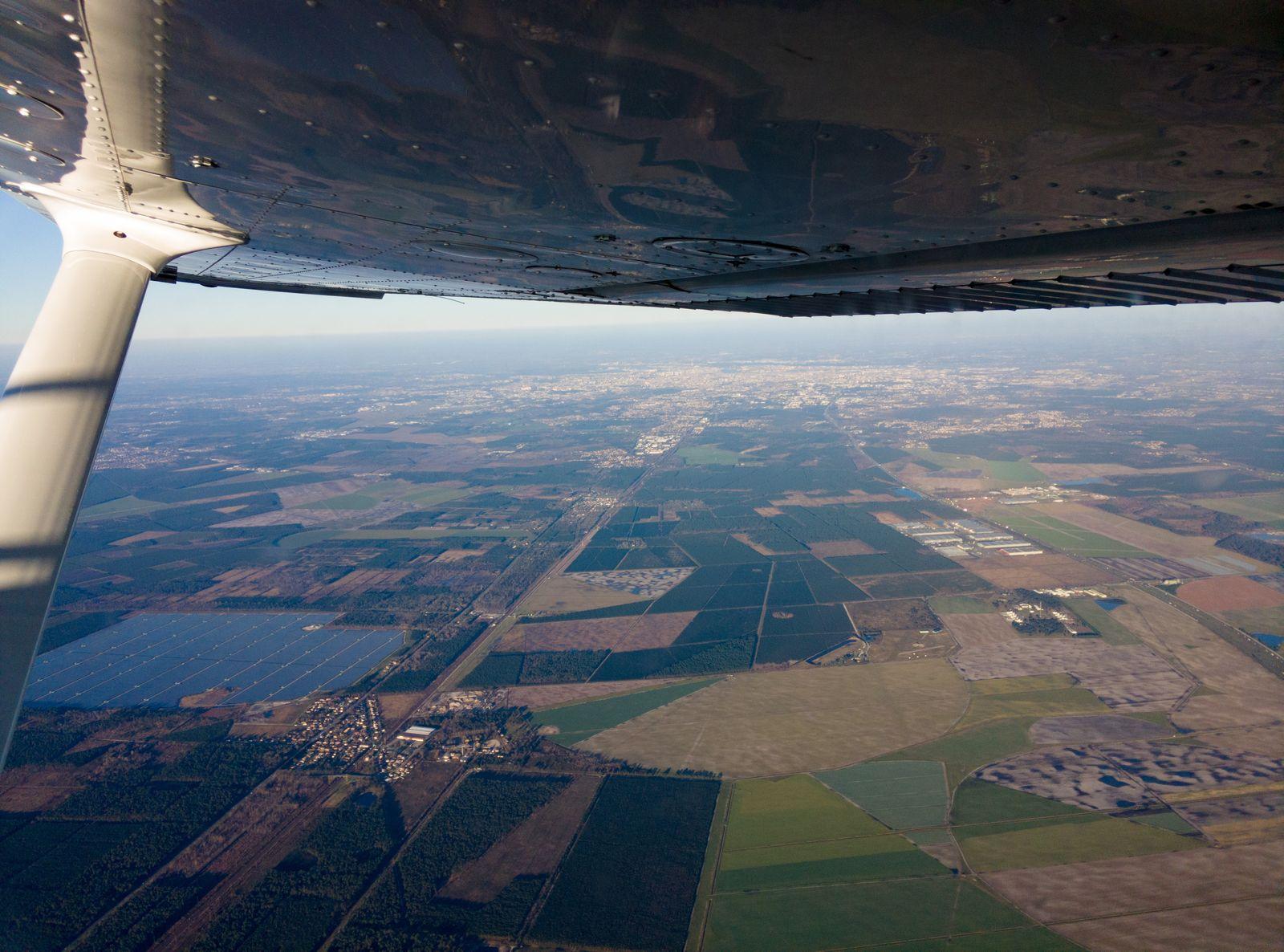 En arrière-plan, Bordeaux vu de 5500 ft environ (1700m). A gauche, l'usine photovoltaïque de Cestas