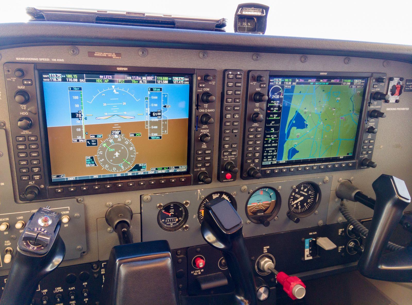 Le cockpit équipé d'un G1000, PA en action pour la montée